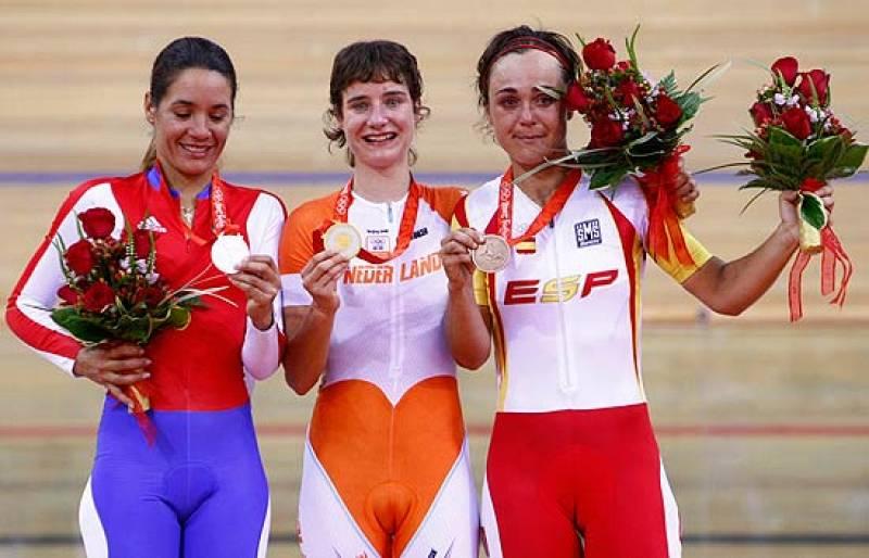 Leire Olaberría recoge emocionada la medalla de bronce conseguida en la prueba de puntuación de ciclismo en pista, el mayor logro de su carrera.