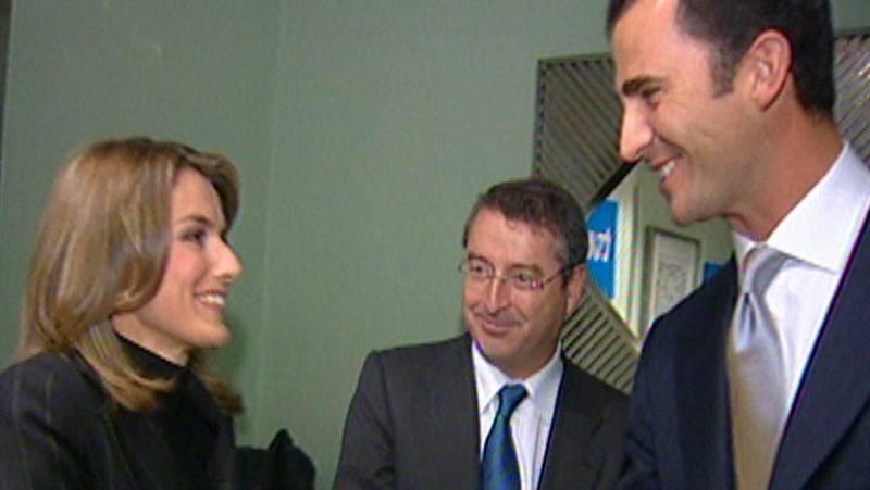 La Casa Real anuncia el compromiso del príncipe de Asturias con Letizia Ortiz