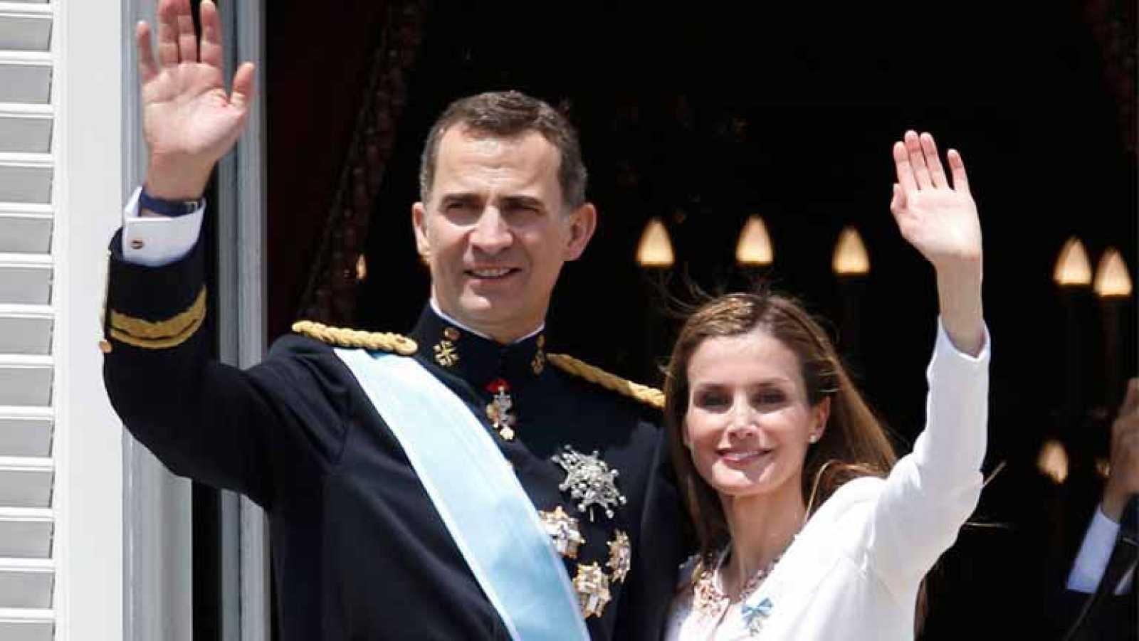 Saludo de los reyes desde el balcón del Palacio Real de Madrid
