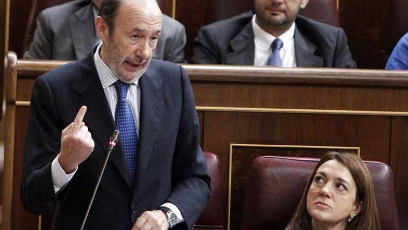 """Rubalcaba pide a Rajoy que """"aumente los ingresos"""" y el presidente defiende la """"magnífica"""" reforma fiscal"""