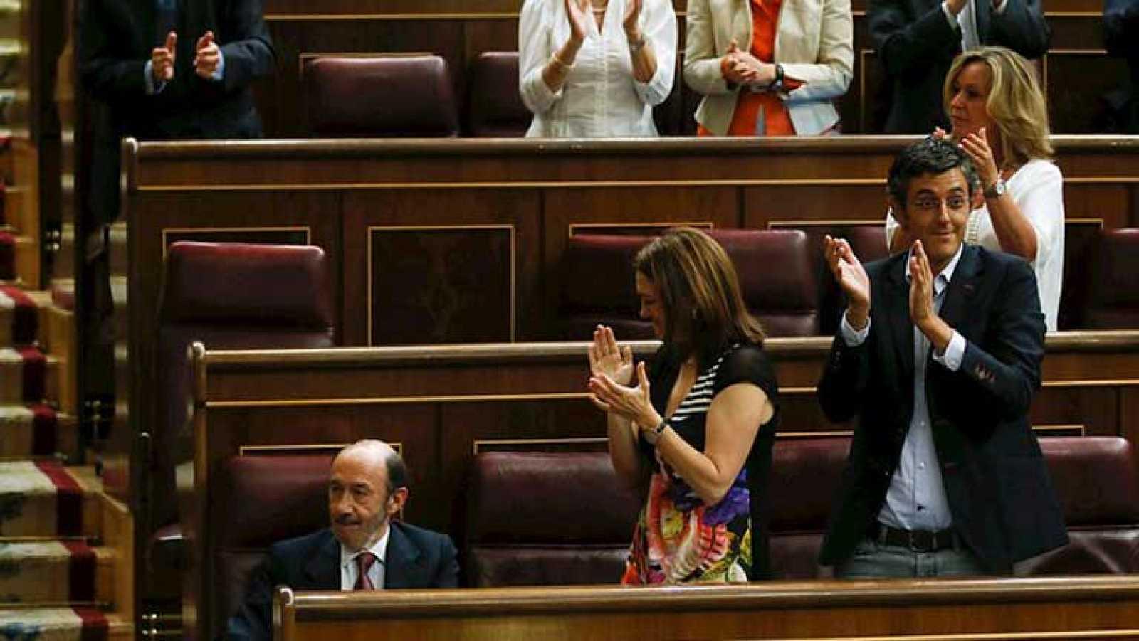 Rubalcaba recibe la ovación del hemiciclo y elogios del partido