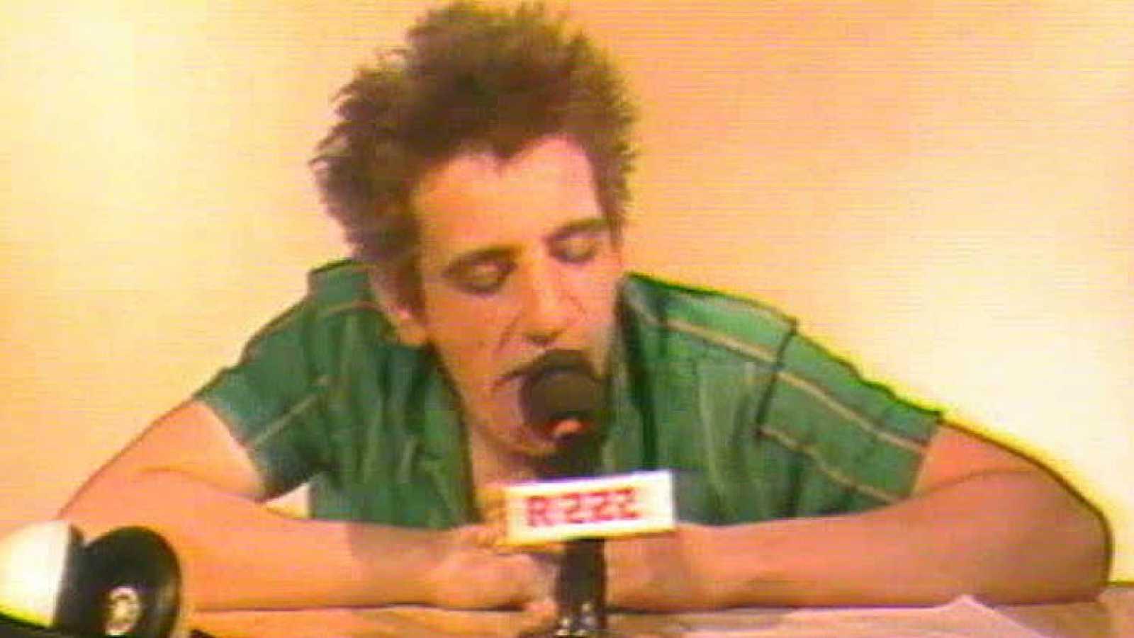 El grupo madrileño Los Esqueletos irrumpió en plena 'Movida' en 1983. Su rock fresco de aires 'punk' fue una sorpresa y su tema 'Radio 222' se convirtió en un importante éxito.