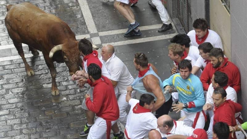 Un toro rezagado suelto siembra el peligro en el último encierro de sanfermines, de Miura