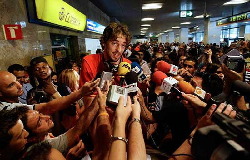 Multitud de aficionados reciben en Barajas a los deportistas procedentes de Pekín. Entre ellos, las chicas de natación sincronizada y los jugadores de baloncesto.
