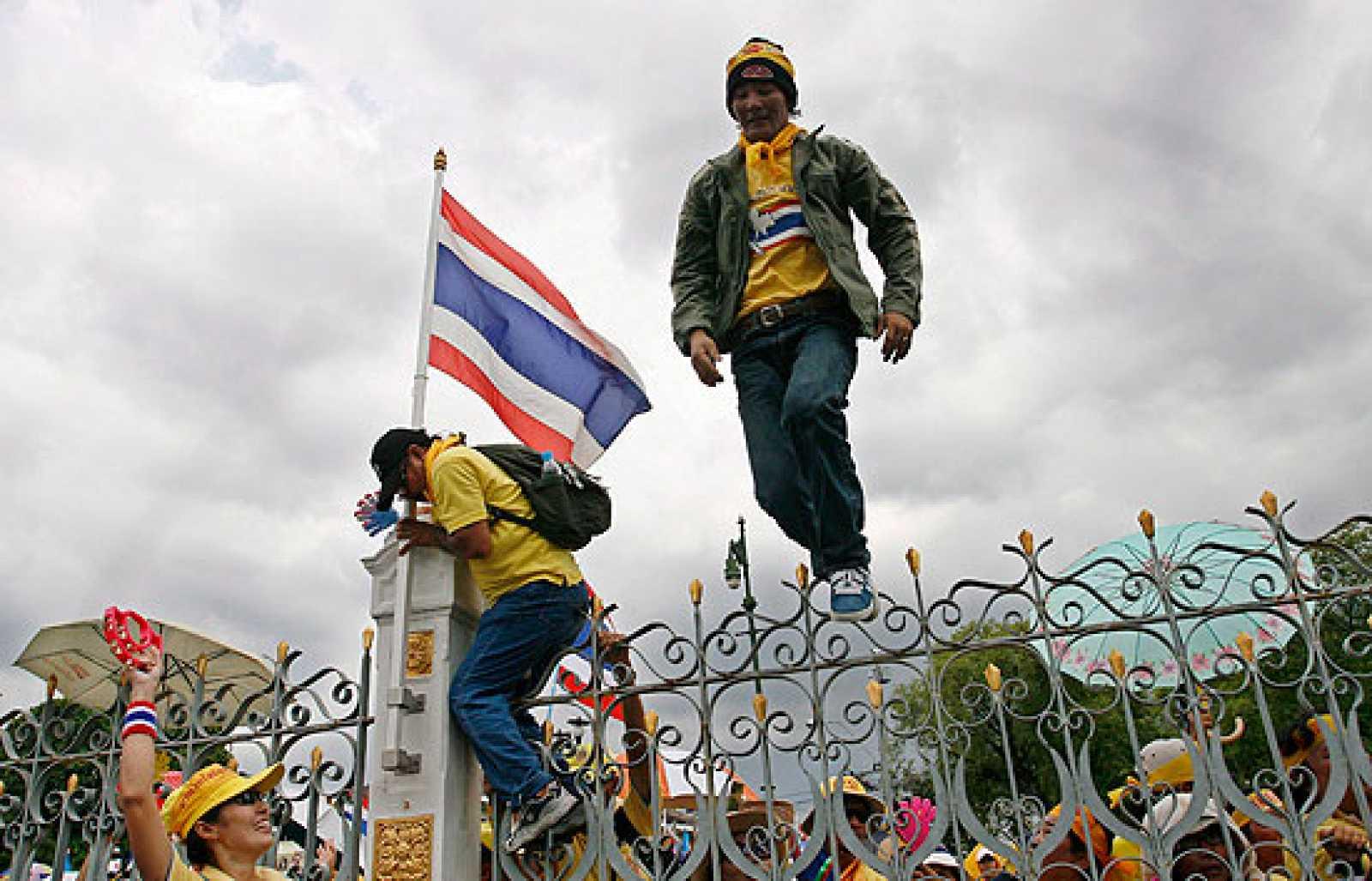 Los manifestantes toman las sedes del Gobierno tailandés y de la televisión estatal.