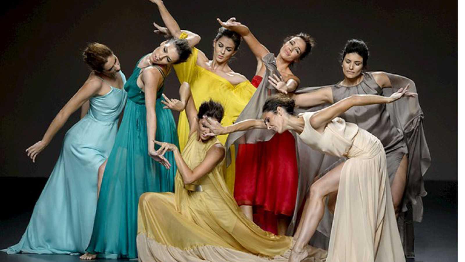 Juan Duyos ha presentado Siete Islas, su colección de primavera y verano 2015 inspirada en las Canarias. Para ello ha contado con Antonio Najarro y las bailarinas del Ballet Nacional de España.