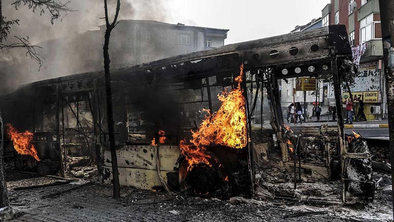 Mueren 14 personas en las protestas de los kurdos en Turquía por el asedio a Kobani
