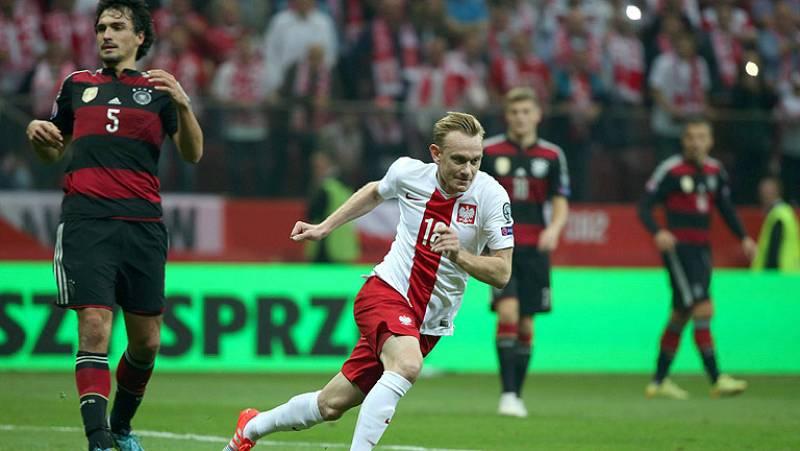 En su primera victoria en 19 enfrentamientos, Polonia ha dado la sorpresa al derrotar a una floja selección alemana, a la que se ha impuesto por 2-0. Con este resultado, Polonia se sitúa líder del grupo D.
