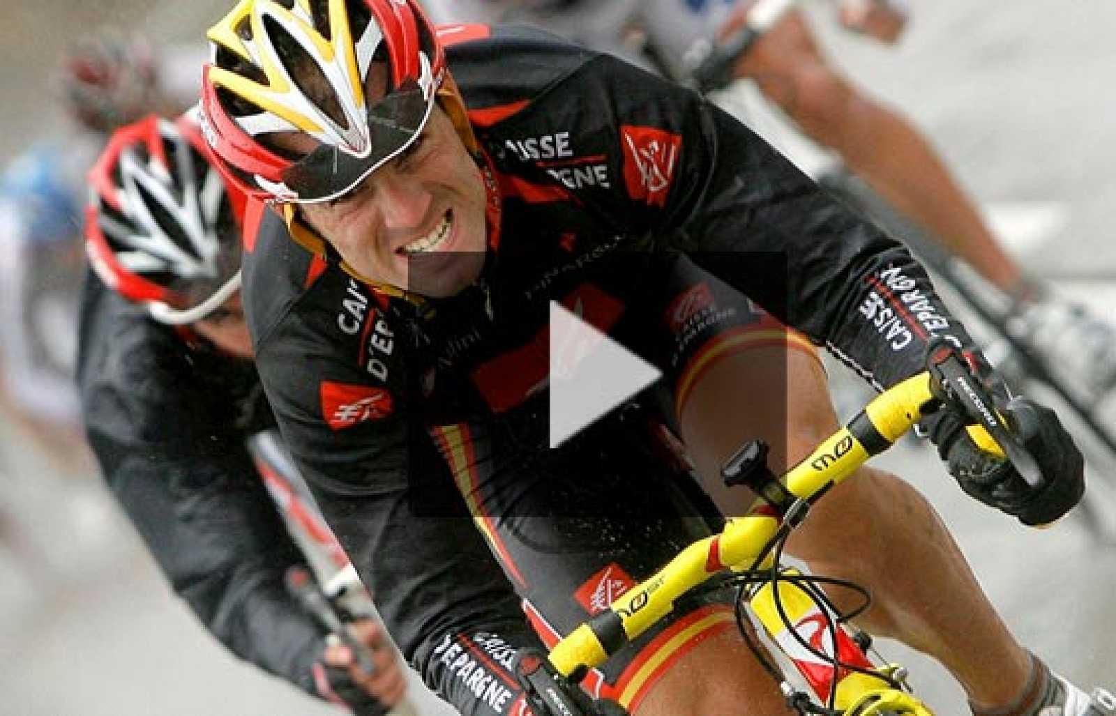 Paolo Bettini se ha impuesto en la duodécima etapa de la Vuelta a España, con llegada en Suances, en la que Alejandro Valverde ha perdido casi todas sus pociones de competir por el liderato. El murciano se ha quedado en un corte y ha perdido tres mi