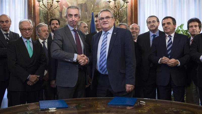 Hacienda y los transportistas firman un acuerdo por el céntimo sanitario que evitará la huelga