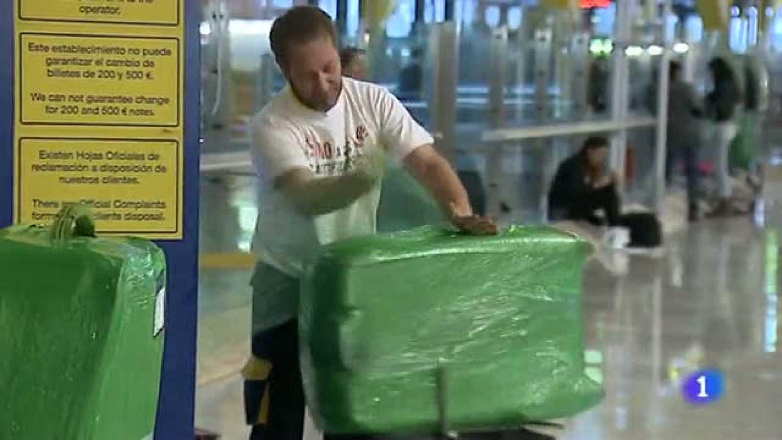 La empresa oficial que plastifica maletas en Barajas se queja de competencia ilegal