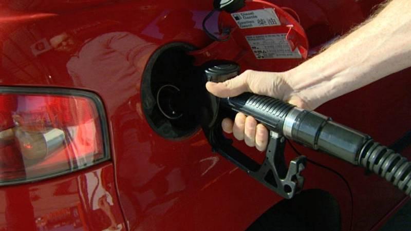 ¿Por qué el precio de la gasolina no ha caído tanto como el del petróleo?