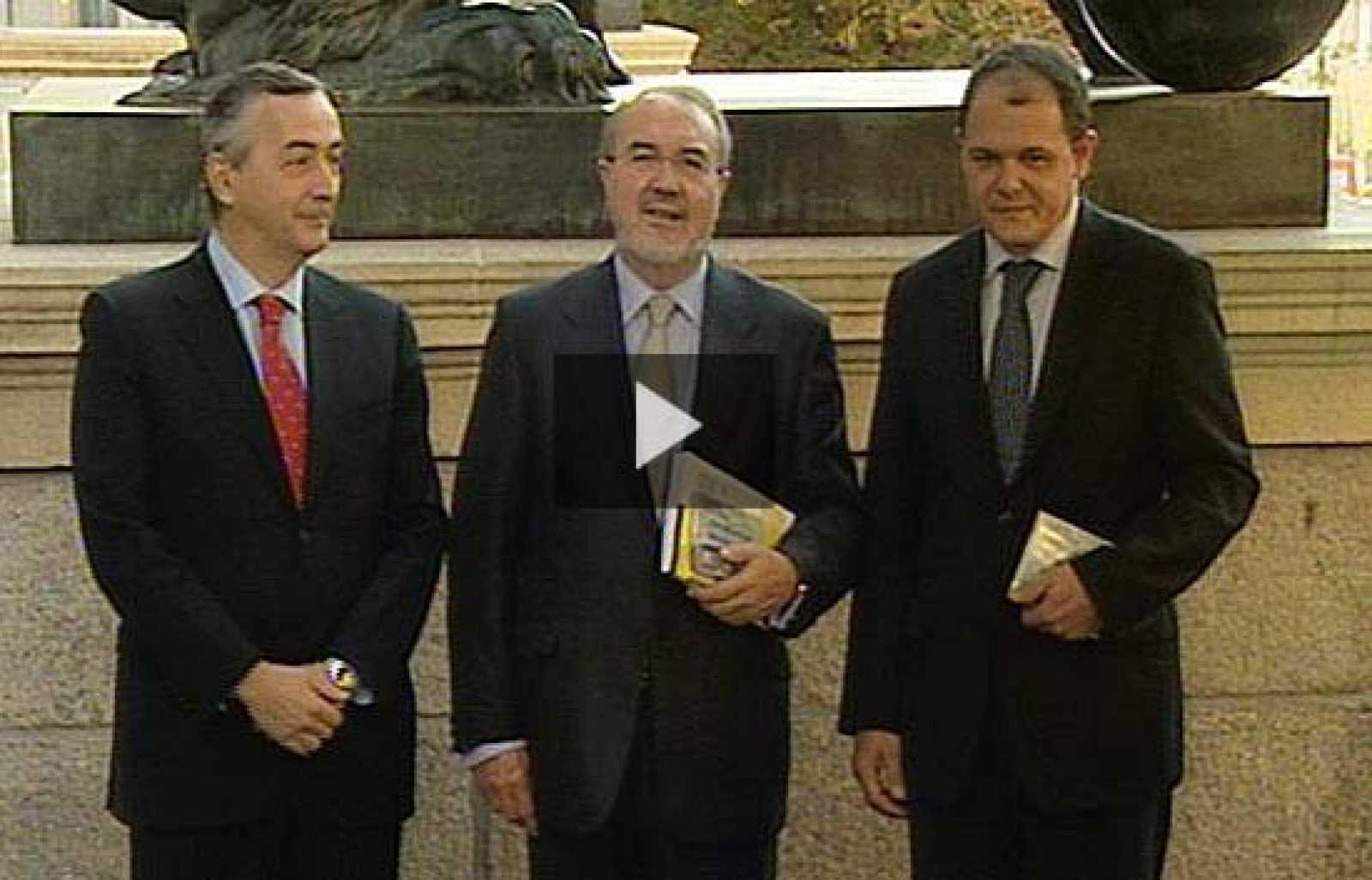 El ministro de Economía y Hacienda, Pedro Solbes, entrega el Proyecto de Presupuestos para 2009 en el Congreso de los Diputados