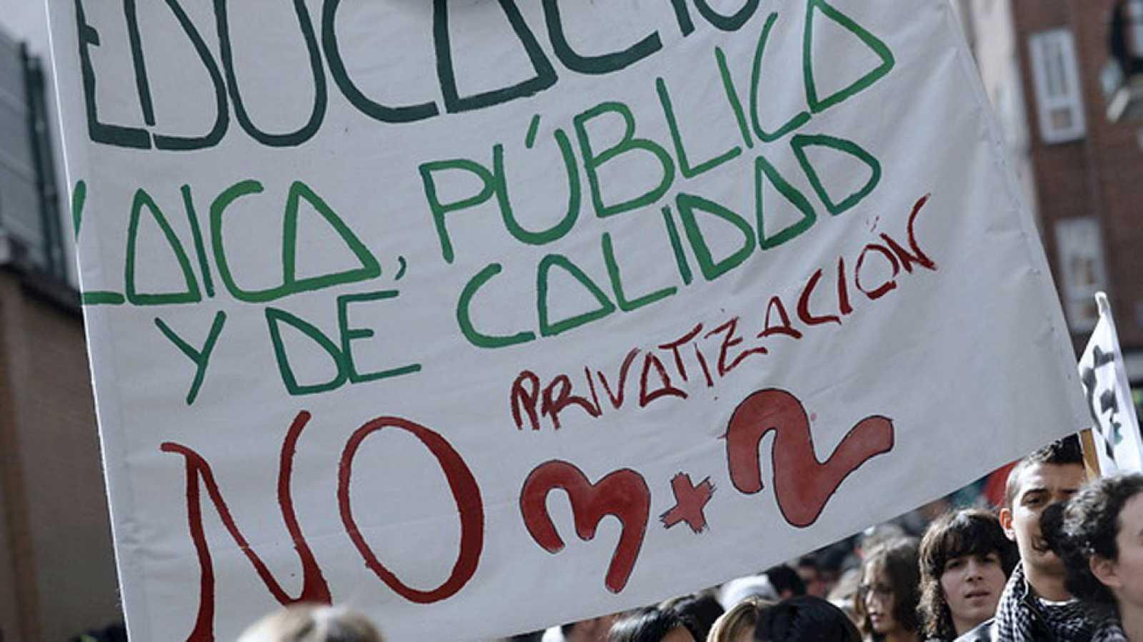 Cientos de estudiantes se manifiestan en el segundo día de huelga contra la reforma de grados