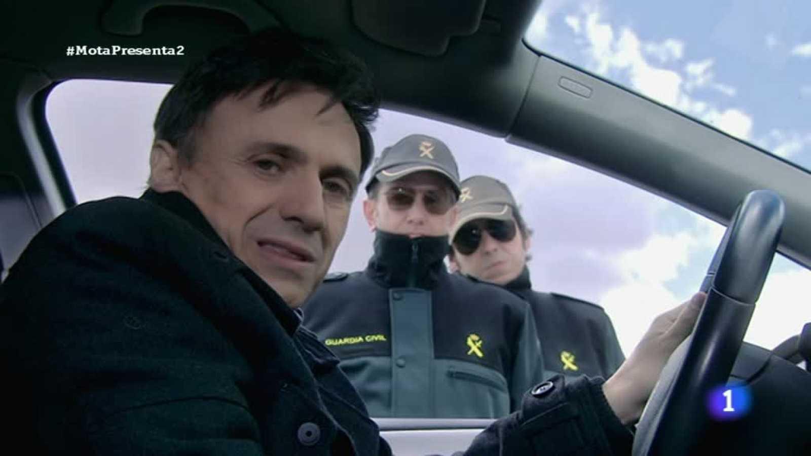 """José Mota presenta... la Guardia Civil: """"Una firmita si es tan tan amable. -¿A quien se lo dedico? -No no no... la multa son 300€"""""""