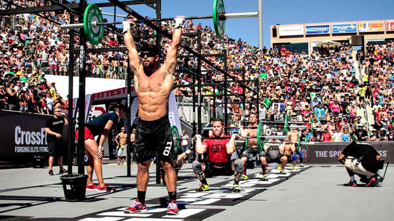 Este nuevo deporte tiene múltiples beneficios para aquellos que lo practican. Uno de ellos, es que trabaja todos los grupos musculares, tanto tren superior como inferior. Consiste en entrenamientos cortos pero muy completos.