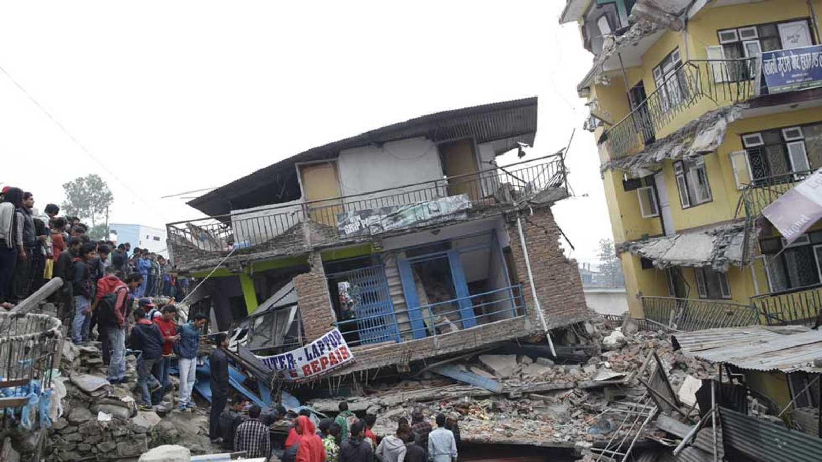 El terremoto de Nepal deja ya casi 2.400 muertos y uno 6.000 heridos