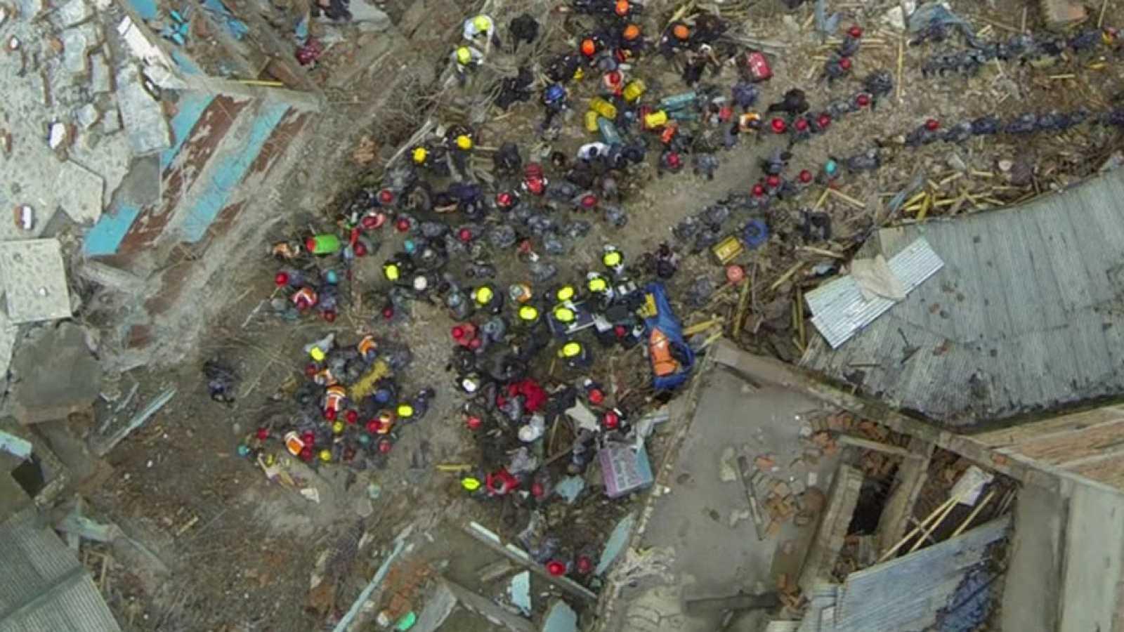Un dron graba las imágenes del rescate del adolescente que ha pasado cinco días bajo los escombros