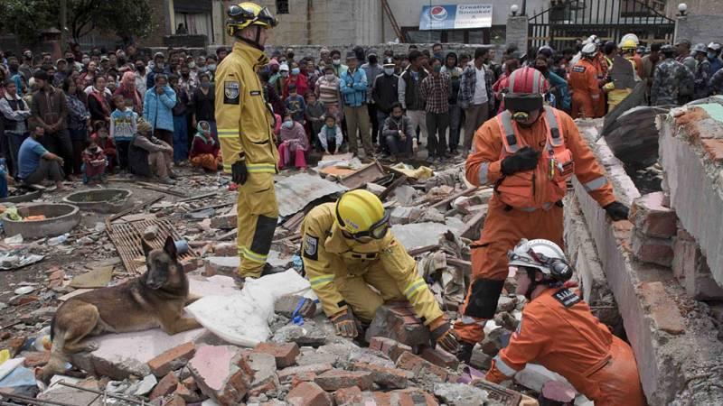 Habitantes y turistas colaboran en las labores de desescombro y rescate después del seísmo en Nepal.