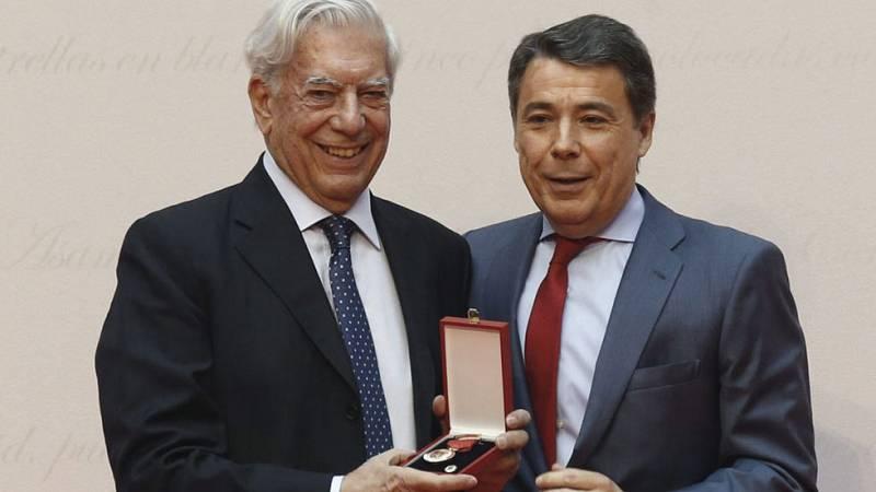 González entrega la Medalla de Oro de la Comunidad de Madrid al escritor Vargas Llosa