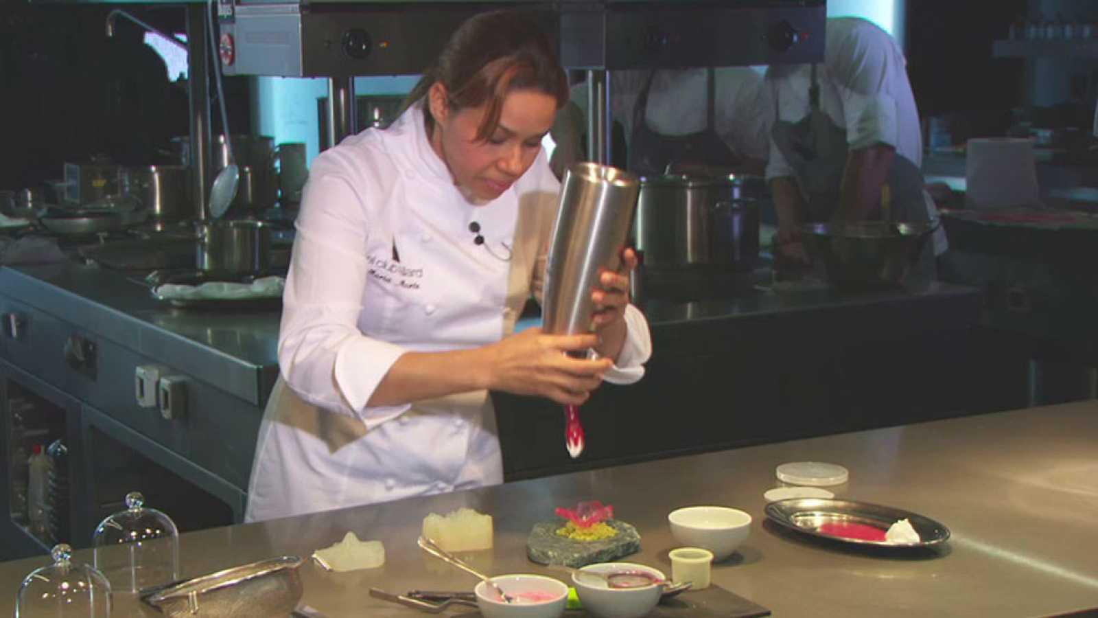 María Marte cocina una flor de hibiscus