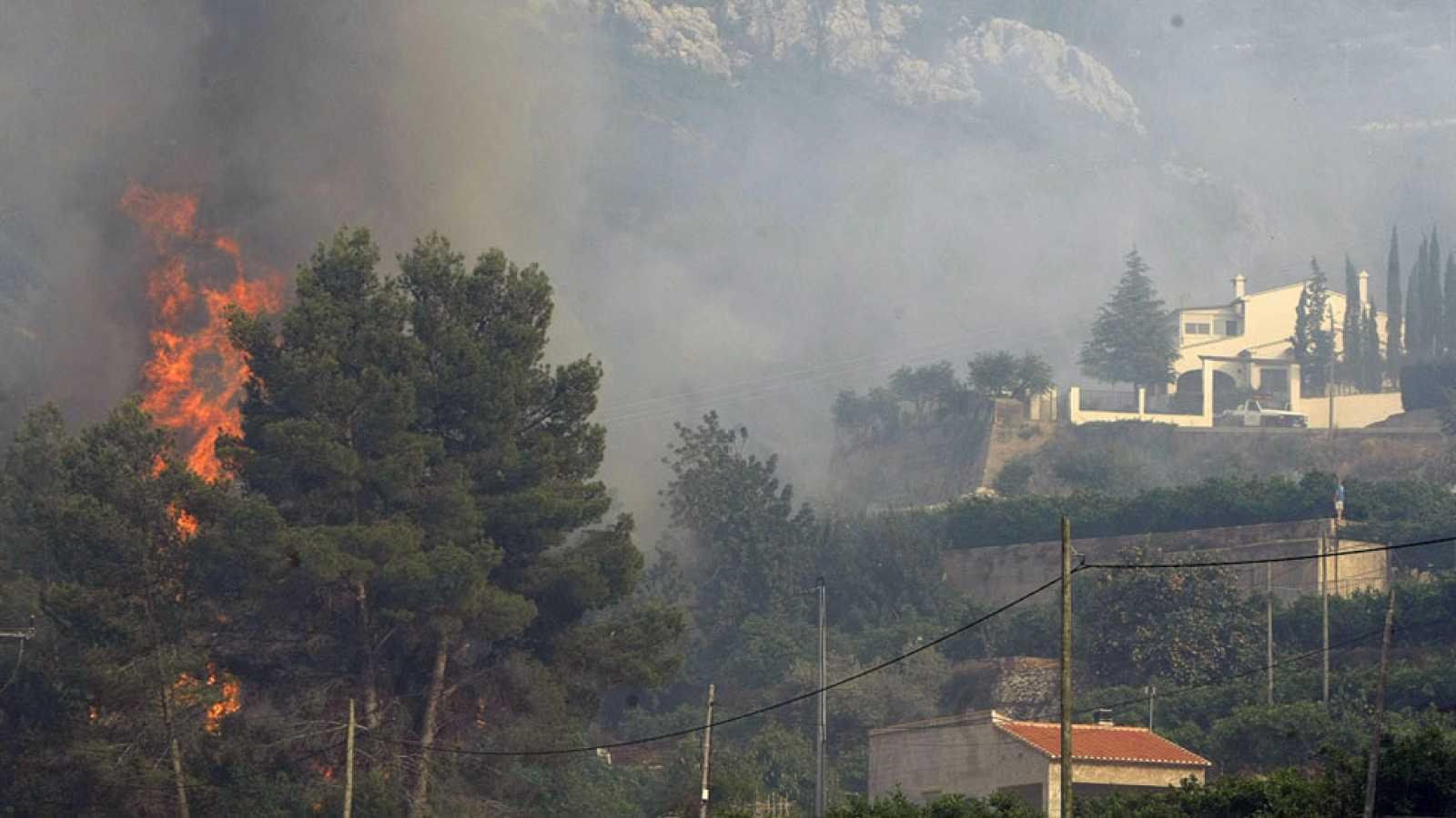 Un incendio en una zona montañosa de Alicante moviliza 14 medios aéreos