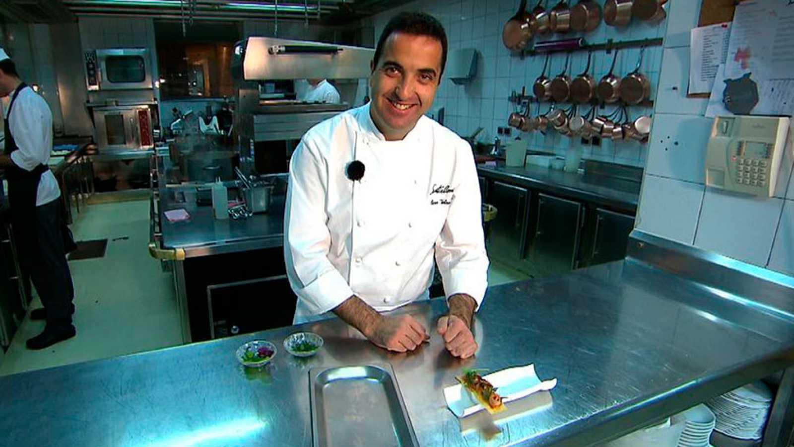 Óscar Velasco prepara una tosta de pollo con pisto