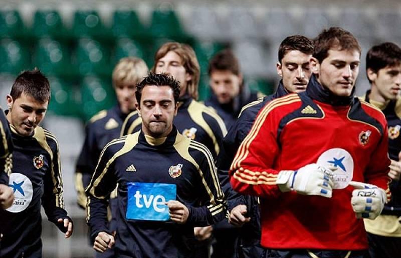 """Torres e Iniesta son duda para el partido de Bélgica, Riera ya está con la selección tras su ausencia por el nacimiento de su hija. Los jugadores de la """"roja"""" no ocultan su preocupación por el estado del campo."""