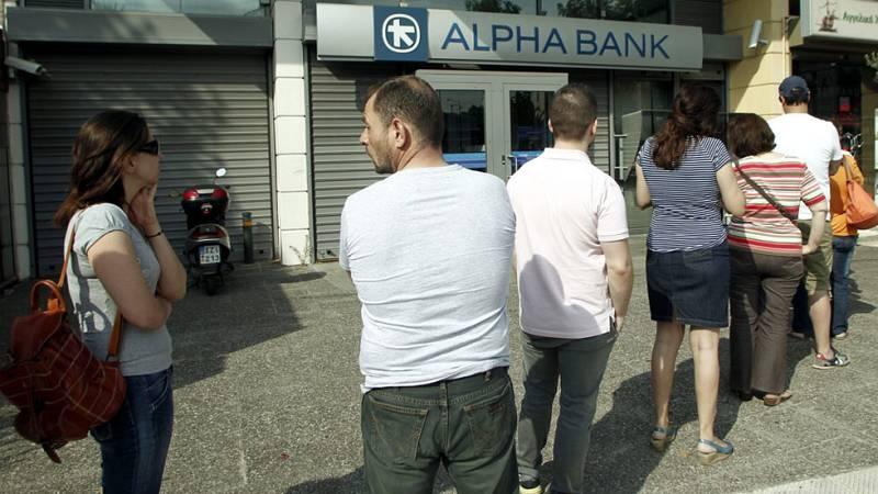 Los griegos hacen colas en los bancos ante el temor de que no abran el lunes