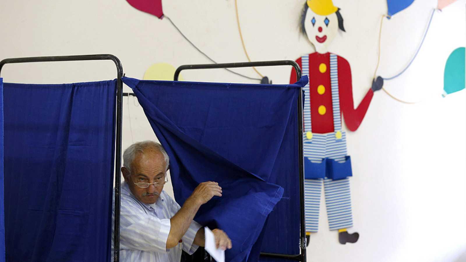 Los griegos deciden su futuro en la Eurozona en un clima de división