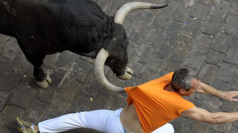 Un toro adelantado siembra el peligro en el tercer encierro de San Fermín 2015
