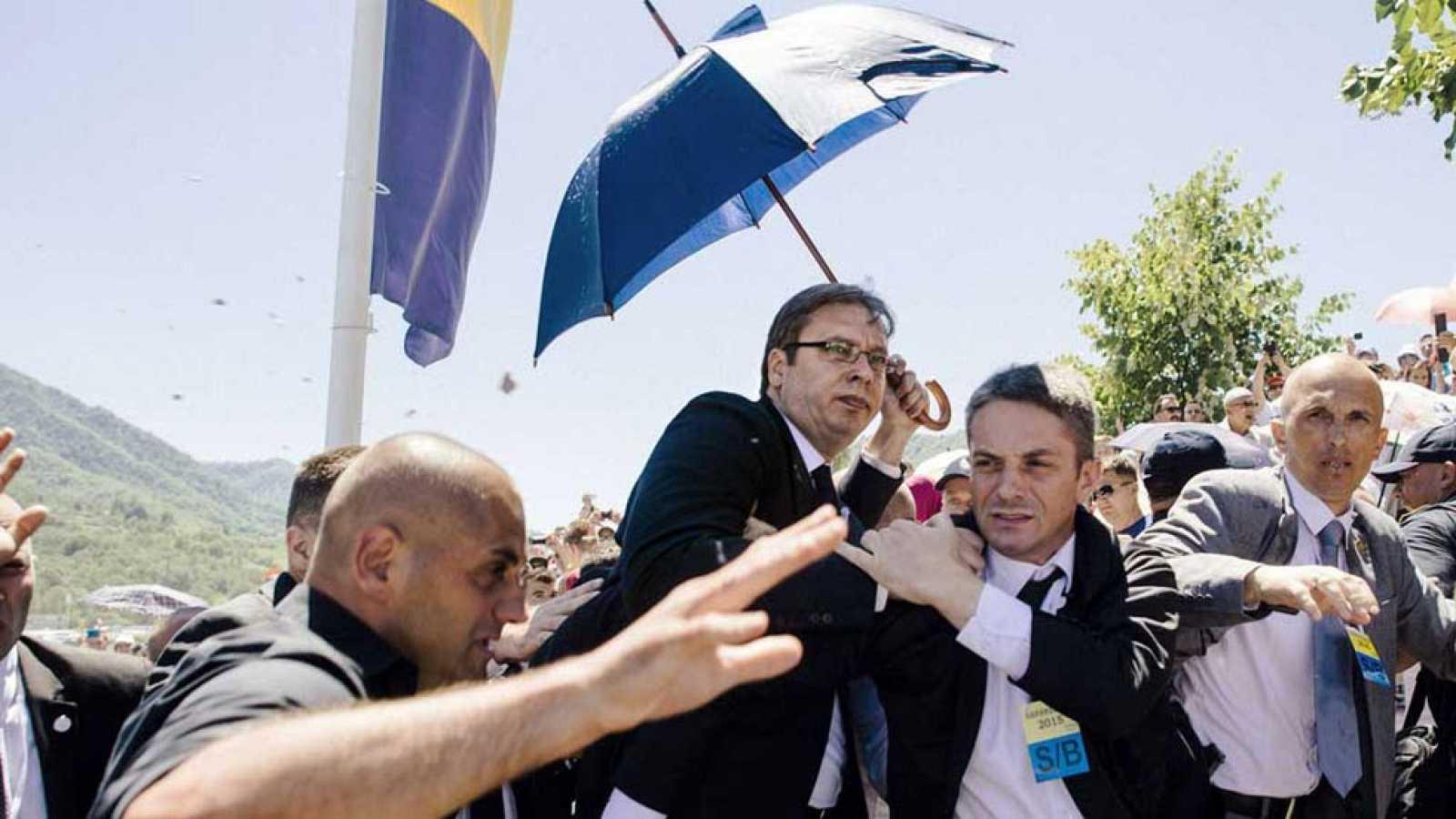Decenas de personas lanzan piedras y abuchean al primer ministro serbio