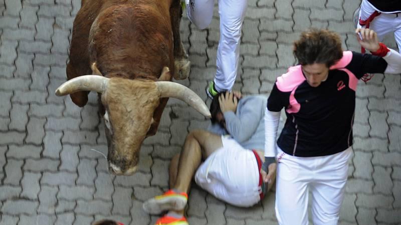 Un toro se separa de la manada al final del séptimo encierro de San Fermín 2015