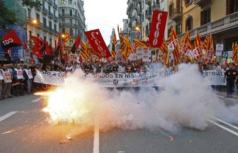 Miles de trabajadores de Nissan se han manifestado en Barcelona, por tercera vez en la última semana, en protesta por la intención de la compañía de despedir a 1.680 trabajadores de sus fábricas de Barcelona (23/10/08).
