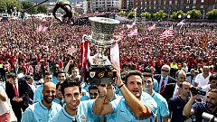 Una marea rojiblanca de 50.000 personas homenajea al campeón de la Supercopa
