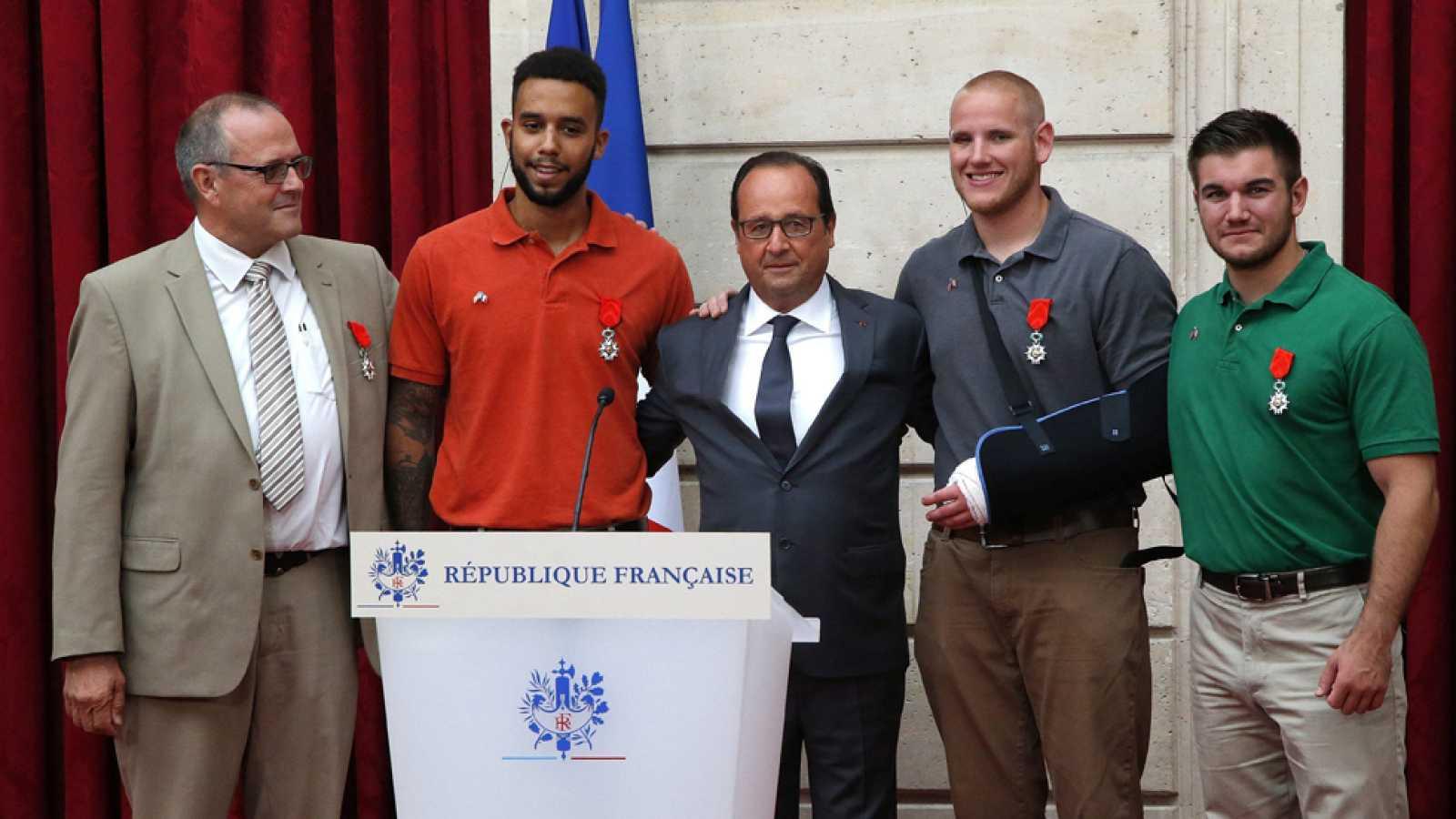 Hollande condecora con la legión de honor a los héroes del tren Thalys