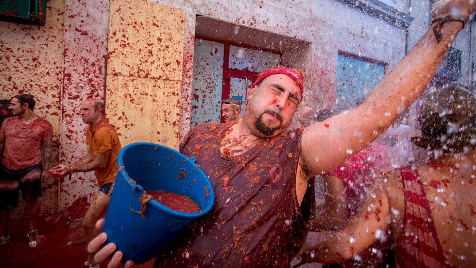Más de 20.000 personas celebran el 70 aniversario de la tomatina de Buñol