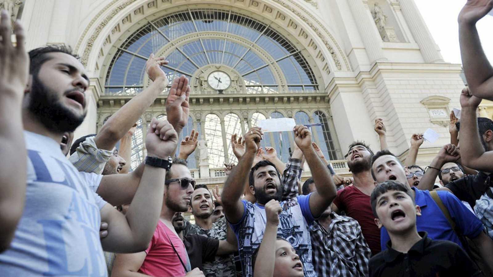 Cientos de refugiados evacuados de la estación central de Budapest