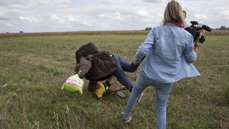 Polémicas imágenes de una periodista húngara zancadilleando a unos refugiados