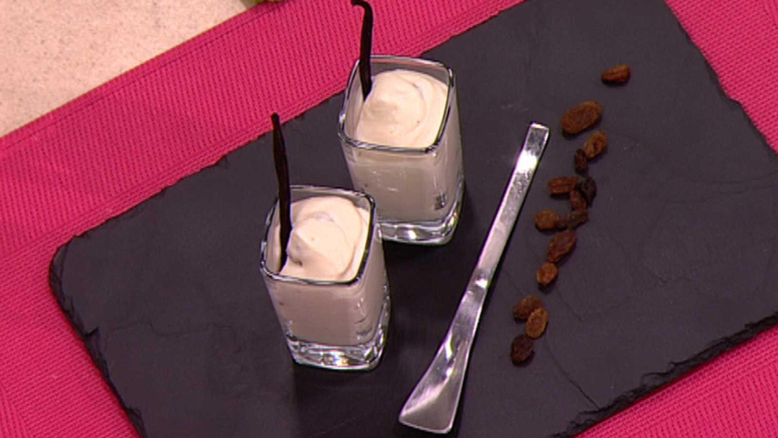 Espuma de chocolate blanco y pasas