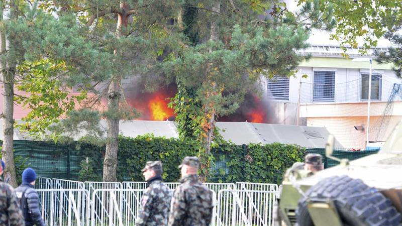 Un incendio quema la mitad de uno de los campos de refugiados de Eslovenia