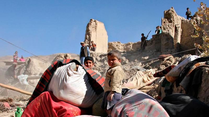 Los muertos por el terremoto en Asia superan los 300 mientras se intenta repartir la ayuda en Afganistán y Pakistán