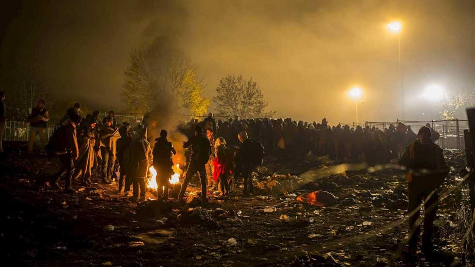 Miles de refugiados aguardan en Spielfeld poder cruzar a Austria camino a Alemania