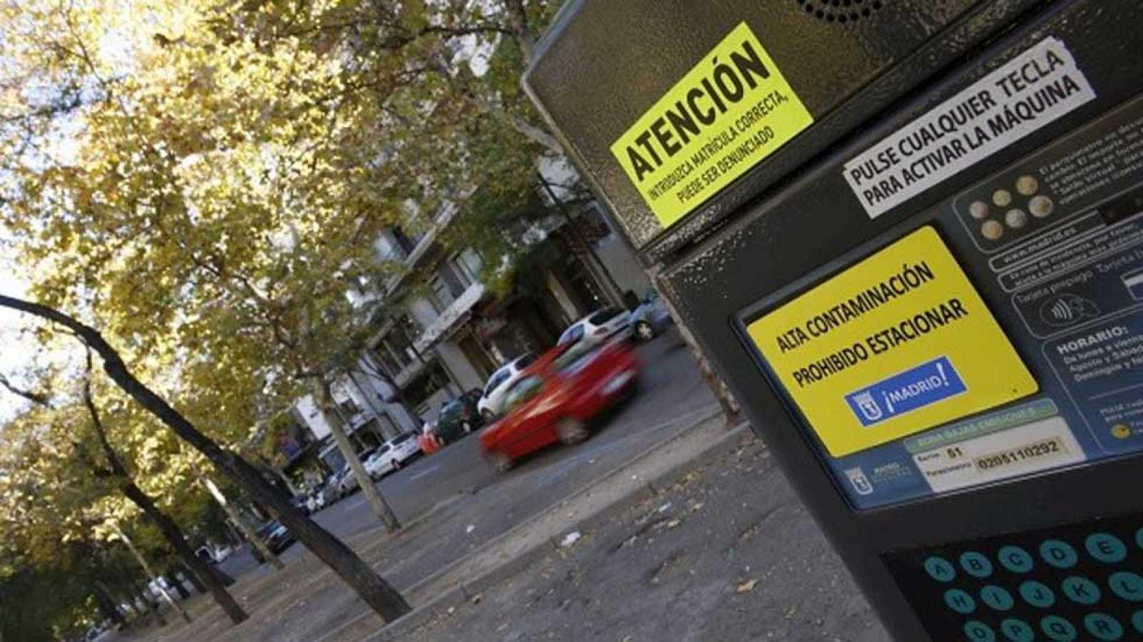 El Ayuntamiento prohíbe aparcar vehículos a los no residentes en zonas reguladas