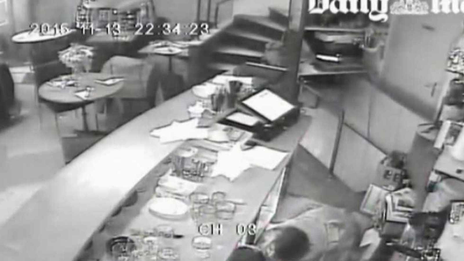 La prensa británica filtra imágenes de las cámaras de seguridad de uno de los establecimientos parisinos durante los ataques