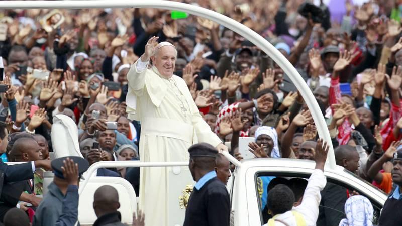 """El papa pide acabar con la """"arrogancia"""" de los hombres que maltratan a las mujeres en una misa multitudianaria en Kenia"""