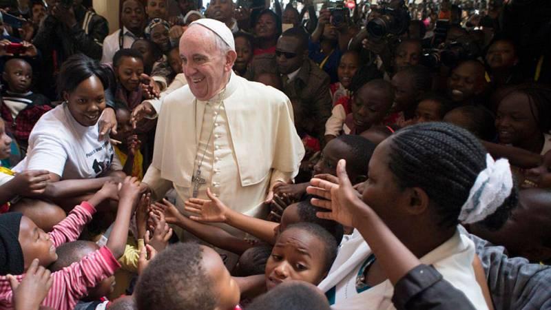 El Papa denuncia que la pobreza hace caer a los jóvenes en el extremismo en su viaje a Kenia