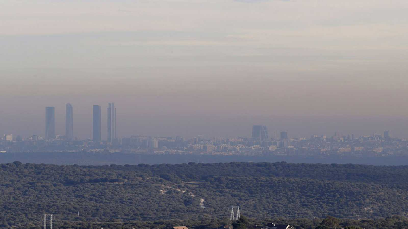 Madrid vuelve a limitar la velocidad por la contaminación y podría prohibir estacionar este miércoles