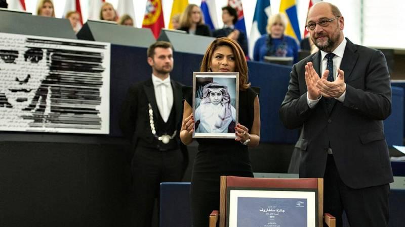 La esposa del bloguero saudí Raif Badawi recoge en su lugar el premio Sájarov a la libertad de conciencia
