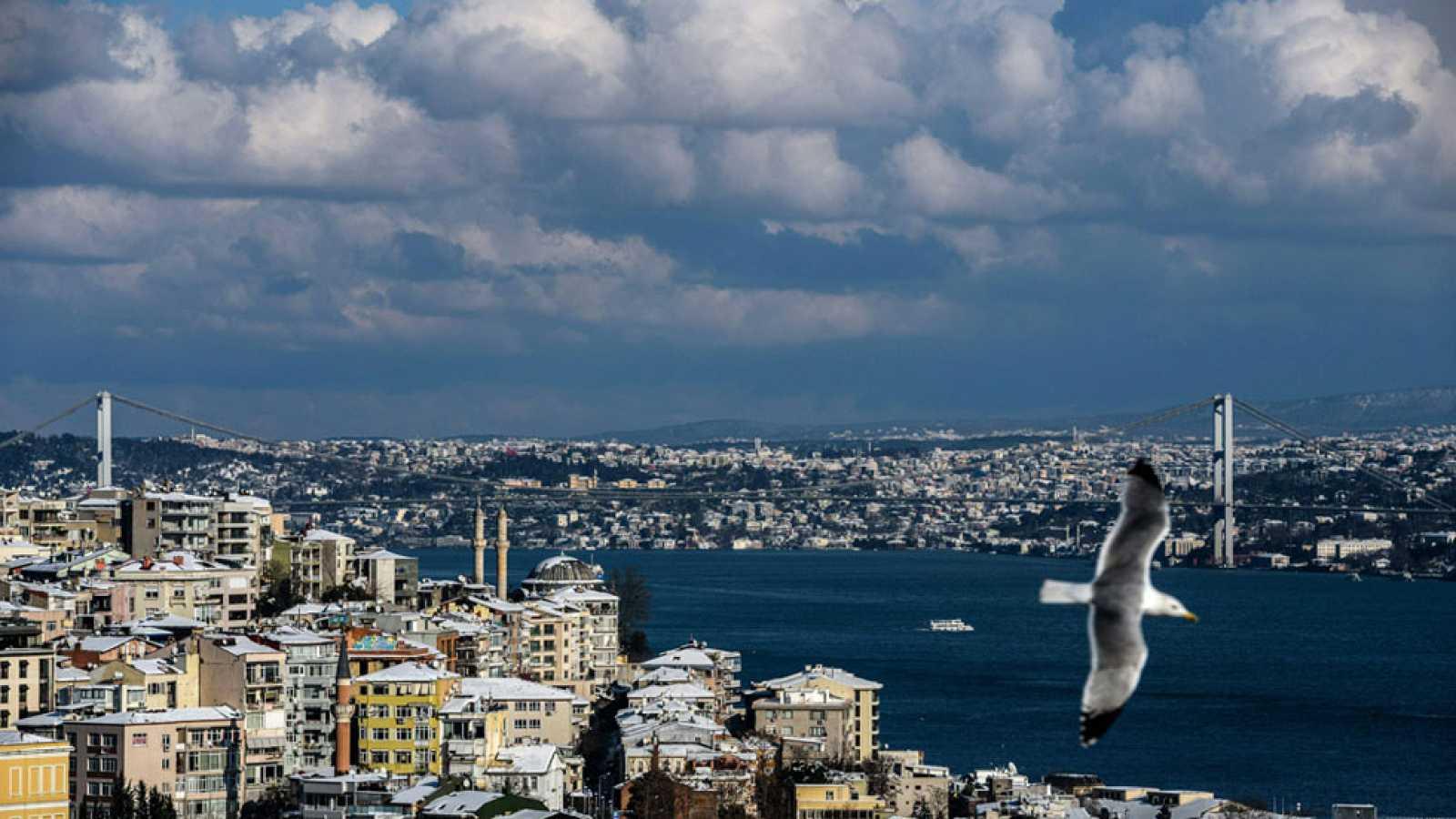 Cielo nuboso con nubes medias y altas en el área mediterránea